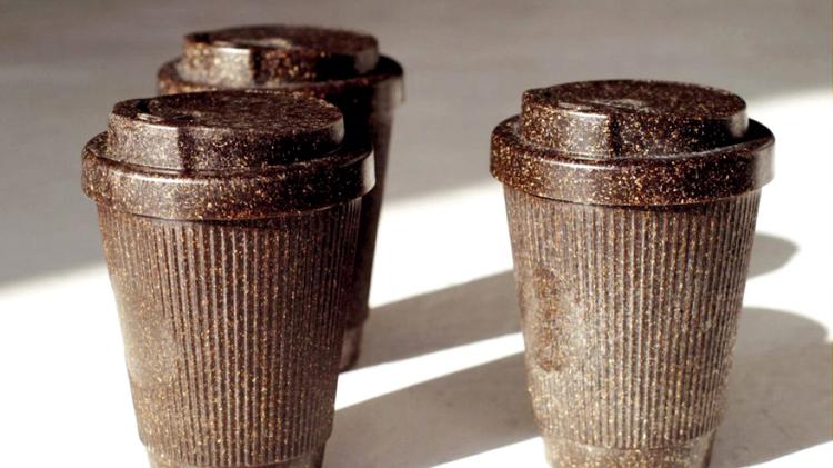 Tazas para el café hechas con café para reducir los residuos plásticos
